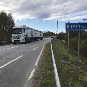 Liikennettä nelostiellä Kiiminkijoen ylittävällä sillalla.