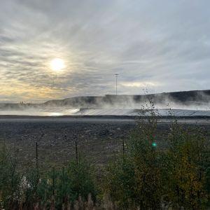 Aurinko nouseee Terrafamen kaivosalueella.