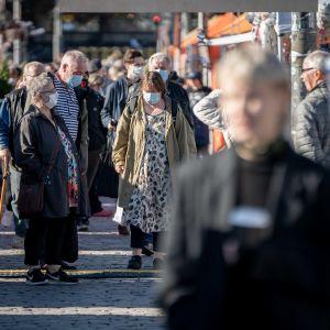 Ihmisiä Helsingin silakkamarkkinoilla