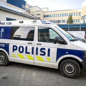 Poliisiauto poliisilaitoksen sisäpihalla.