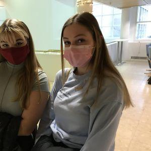 Tiirismaan lukion opiskelijat Pipsa Jalonen ja Carolin Lepp käyttävät kasvomaskeja