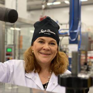 Kirsi Räikkönen työn touhussa glögin pullotuksessa.