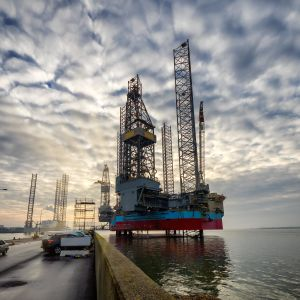 En oljeplattform i den danska Esbjergs oljehamn år 2019.