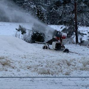 Rinteitä lumetettiin 7.1.2021 Uuperinrinteillä Haminassa.