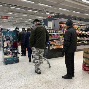 Ihmisiä jonossa Siilinjärven K-Supermarketin kassalla.