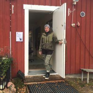 Yrittäjä Mari Nenonen koirahoitolan ovella.