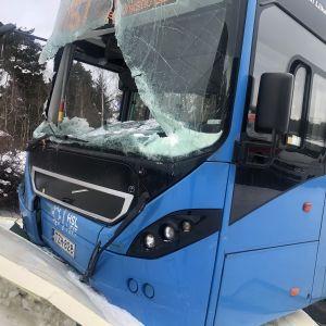 Hakamäentien ja Nauvontien risteyksessä bussit ajanut ulos tieltä