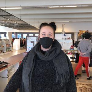 Kirpputoriyrittäjä Janita Ruosteenluoma myyntitiskin takana