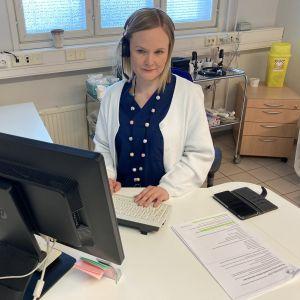 Sairaanhoitaja Laura Käki vastaa ajanvarauspuhelimeen