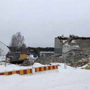 Kuopion Opistotien kampuksen eli Tekun purkaminen etenee. Kuopiohalli taustalla.