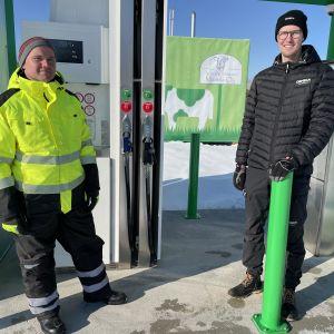 Vuorenmaan maatilan biopolttoaineen jakeluasema Haapavedellä. Vasemmalla Vuorenmaan tilan isäntä Janne Vuorenmaa ja oikealla haapavetisen Demecan myyntijohtaja Sami Vinkki.