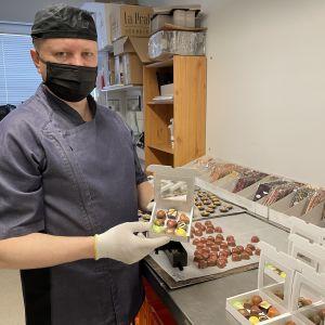 Suklaamestari Jouni Rusanen esittelee suklaakonvehteja.