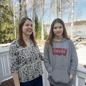 Två kvinnor på veranda.