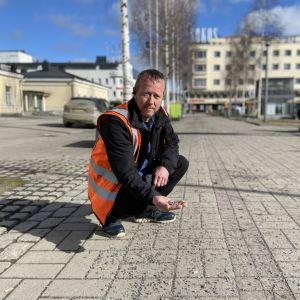 Marko Kovanen Mikkelin torilla hiekoitushiekkaa kädessään.