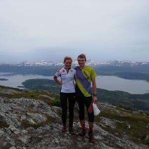 Marika Teini ja Miika Kirmula vuoristomaisemassa