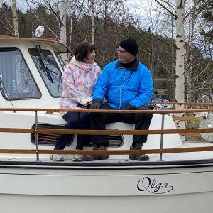 Turkka ja Merja Sihvonen veneensä Olgan kannella.