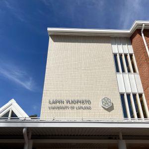 Lapin yliopiston sisäänkäynti aurinkoisena päivänä