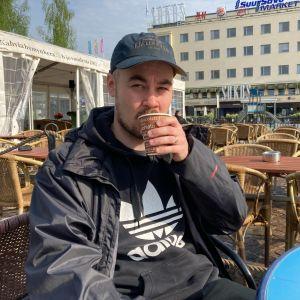 Sakari Liukkonen juo kahvia Mikkelin torilla.