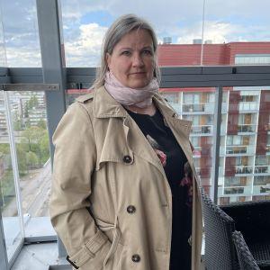 Kiinteistöliitto Pohjois-Suomen toiminnanjohtaja Johanna Laitala seisoo parvekkeella.