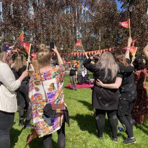 Oululaiset juhlivat kaupunginkirjaston edessä kulttuuripääkaupunki Oulua