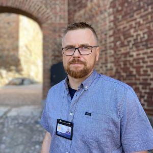 Senaatti-kiinteistöjen rakennuttajapäällikkö Sami Brück Hämeen vanhan linnan pihalla.