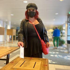 Veera Rinkinen sujauttaa äänestyslipukkeensa lippaaseen