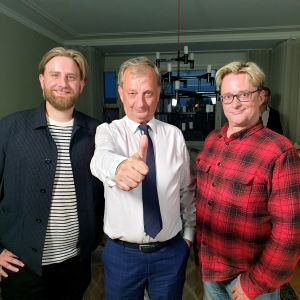 Liike Nytin kolme uutta edustajaa Helsingin valtuustossa Joel Harkimo, Hjallis Harkimo ja Mikael Jungner vaalivalvojaisissa.