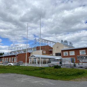 Nivavaaran koulu edestäpäin kuvattuna