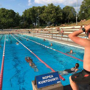 Uimareita Samppalinnan maauimalassa heinäkuussa 2021