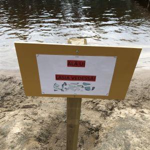 Kajaanin Hoikanlammen varoituskyltti kuvassa