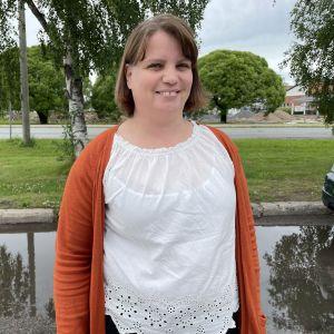 Ylivieskan tekninen johtaja Leena Löytynoja seisoo rakenteilla olevan Taanilan koulun edessä.