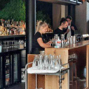 Personer som jobbar i en bar.