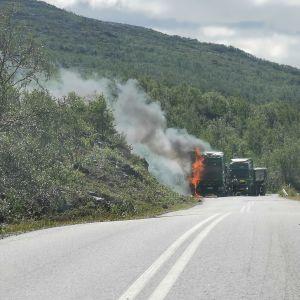 Kuorma-auto palaa Kilpisjärventiellä