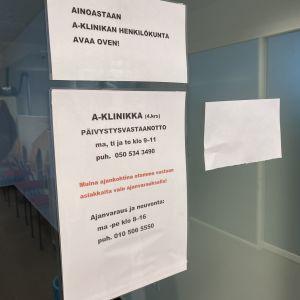 Tiedotuslapuja Hämeenlinnan A-klinikan ovessa.