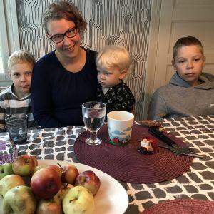 Petra Lisitsin-Mantere aamupalapöydässä poikiensa Pauluksen, Eeliksen ja Peetun kanssa.