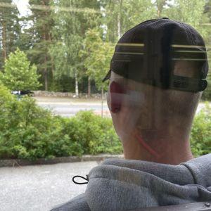 Jouko lasioven ulkopuolella