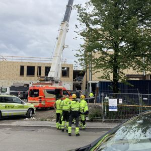 Ambulanssi rakennustyömaalla.