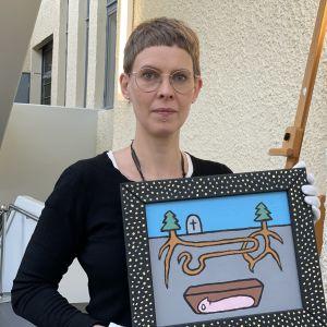 Marja Lounin käsissä Mikko Valtosen teos