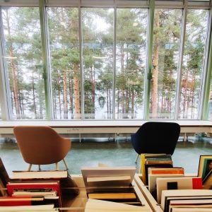 Nurmeksen kirjaston lukusali ison ikkunan äärellä.