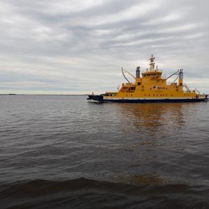 Kuvassa Hailuodon lauttaliikenteen aluksista Meriluoto. Kuvattu kesäkuussa 2021.