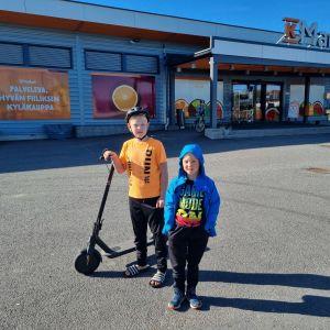 Artturi ja Iivari Mannila kyläkaupan edustalla.