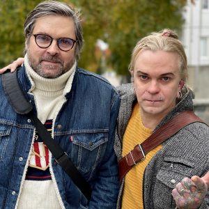 Tuomas Ohtonen ja Sasu Kerman seisovat vierekkäin ja katsovat kameraan syksyisessä maisemassa Kuopiossa.