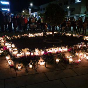Blommor och ljus vid centrum i Kongsberg på torsdagen efter våldsdådet.