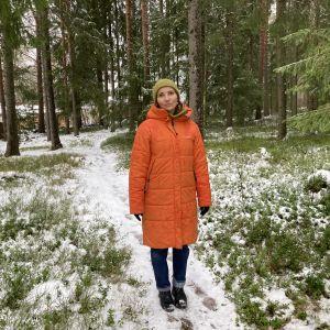 Jenni Räinä seisoo metsässä