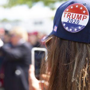 Trumpin kannattaja valokuvasi Manchesterissä, New Hampshiressä järjestetyssä Trumpin tilaisuudessa elokuussa 2019.