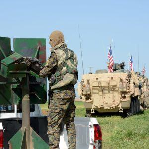 Kurdisk YPG-soldat som tränar tillsammans med amerikanska styrkor