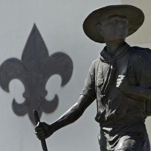 En skulptur utanför Boy Scouts of America:s högkvarter i Irving Texas. Medlemsantalet i USA:s största ungdomsorganisation har sjunkit år för år. .