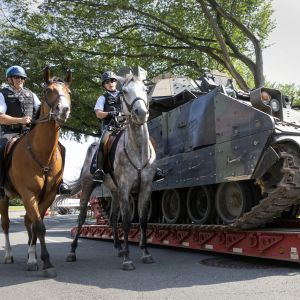 Tv ridande poliser passerar  pansarfordon i Washington DC.
