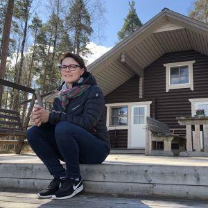 Katja Riihilahti mökin edustalla