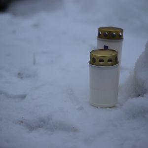 Surijoiden sytyttämiä kynttilöitä Muhoksella tammikuun 2021 tragedian jälkeen.